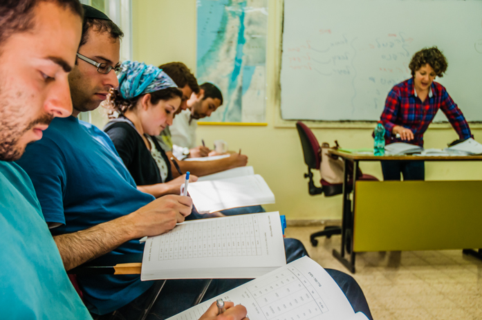 Instructor at Ulpan Etzion in Jerusalem in an immersive Hebrew lesson