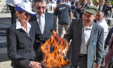 Dr. Judea and Ruth Pearl light a Memorial Day flame in a ceremony held at the Jewish Agency for Israel offices in Jeruaslem, with Chairman Natan Sharansky