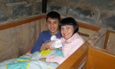 הבן ארתור ואמו חוגגים יום הולדת במרתף ביתם בדונייצק, אוקראינה