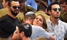 אחותו של מקס שטיינברג זל ואחיו בהלוויה בהר הרצל