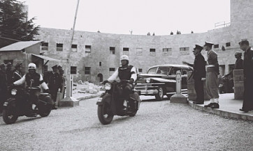 חיים וויצמן מגיע בשנת 1949 לטקס ההשבעה שלו כנשיא בבניין הסוכנות היהודית                   ת בי