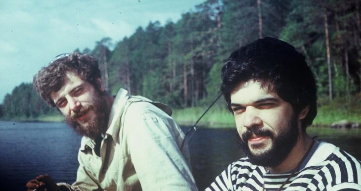 """בני לידסקי עם חבר בבריה""""מ, בעת שייט קייקים על הנהר"""