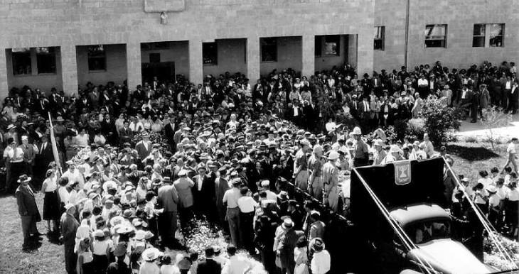 הלוויתו של בנימין זאב הרצל ברחבת המוסדות הלאומיים לפני שהובל להר הרצלך