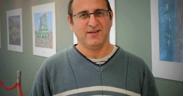 אמיר ירחי, מנהל עמותת ידידי בית החולים בכניסה לתערוכת צילומים בבית החולים של הגליל המערבי שצילמה משפחת ריטבו