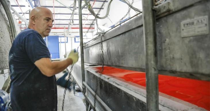 דני קלדרון במפעלו בקיבוץ חניתה