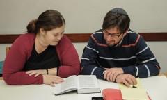 """התלמידים שלמה זגמן ורינת צפניה-שוורץ בזמן שיעור, שנה""""ל תשע""""ו"""