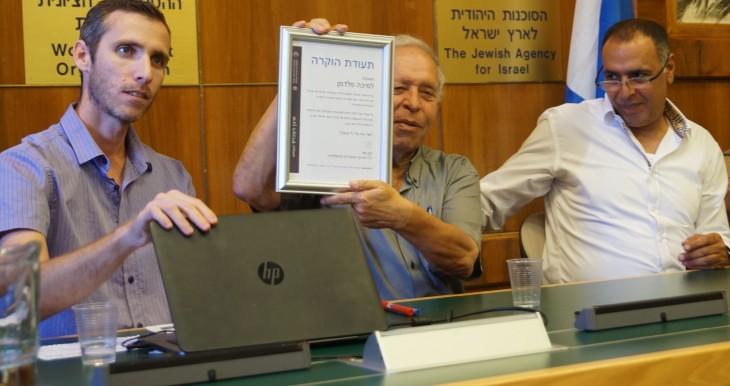 """מיכה פלדמן מקבל תעודה מיו""""ר ארגון העובדים, חנן מור ועוזרו שי שינקמן"""