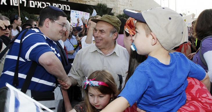 Sharansky with olim at Ben Gurion airport