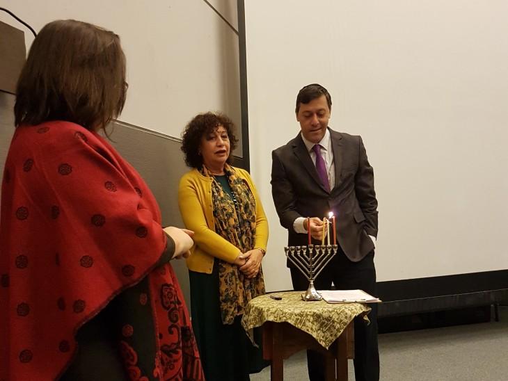 """בטקס הדלקת נר שני של חנוכה בביטולה-מונסטיר מקדוניה . מימין השגריר דן אורין, ד""""ר רחל-שלי לוי-דרומר, עו""""ד מריה גרס דוצ'בסקה – מימה"""