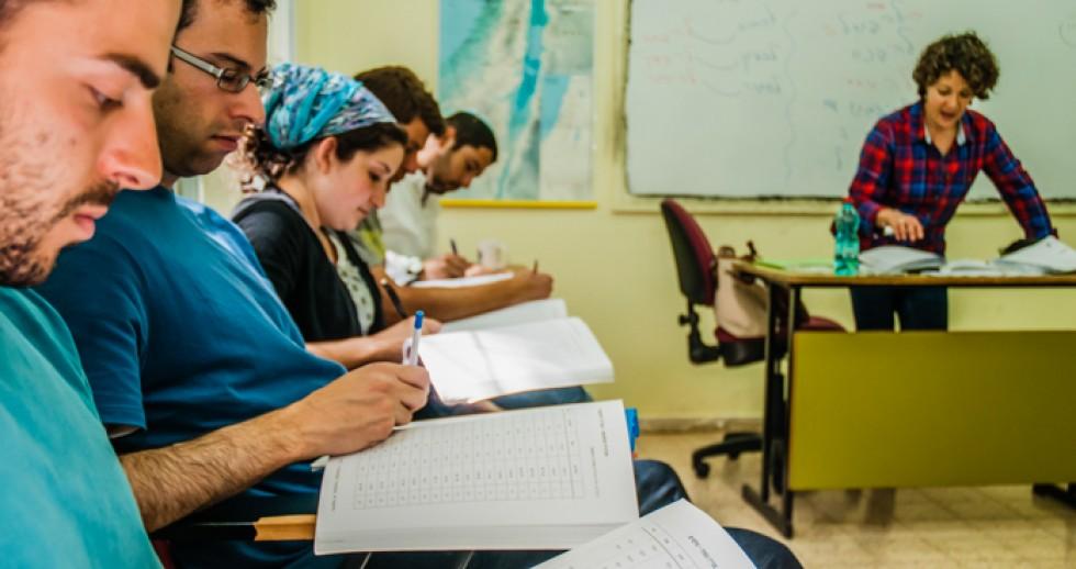 Instructor at Ulpan Etzion in Jerusalem in an immersive Hebrew lesson